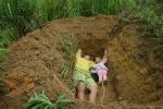 Cha đào mộ cho con gái 2 tuổi đang sống: Câu chuyện bất ngờ phía sau
