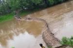 Video: Hãi hùng cảnh cầu tre bị lũ cuốn phăng, nhiều học sinh suýt chết đuối