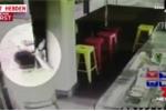 Giắt dao trong quần đi cướp bị chủ nhà hàng cầm 2 dao thái thịt đuổi chạy trối chết