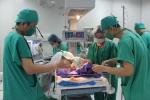 Kỳ diệu cứu sống bé sơ sinh bị lộ ruột ra ngoài