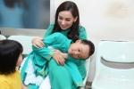 Hồ Văn Cường quấn quýt bên mẹ Phi Nhung