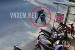 Bi hài trộm bẻ khóa xe máy, luống cuống dắt ra bị xe đổ đè lên người