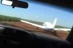 Thót tim xem cảnh sát lao ô tô vào máy bay chở tội phạm ma túy