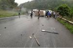 Hai xe khách tông nhau thảm khốc, 6 người bị thương