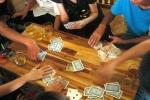 Đánh bạc tại đình làng, Trưởng Công an xã và 4 đảng viên bị bắt tại trận