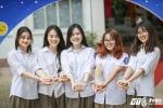 Học sinh Hà thành rạng rỡ nhận bánh trong ngày tựu trường