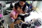 Trộm điện thoại bất thành, kề dao vào cổ cướp lắc vàng của bạn gái