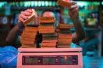 Siêu lạm phát, người Venezuela mua hàng tính tiền bằng... cân