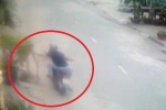 Clip: Quét rác trước cổng nhà, bị cướp giật dây chuyền vàng 5 chỉ