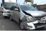 Ô tô 7 chỗ bị xe tải đâm liên hoàn, 6 người hoảng loạn