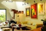 Trái ngược với vẻ cổ kính của ngôi nhà, nội thất được diva Hồng Nhung chọn lựa rất tinh tế.