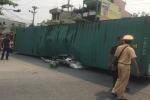 Xe container bị lật, đè bẹp ô tô con khiến 2 người chết thảm