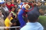 Video: Tranh cướp vé phản cảm tại lễ hội hoa hồng Bulgaria ở Hà Nội