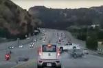 Bị người đi xe máy đạp, ô tô loạng choạng gây tai nạn liên hoàn