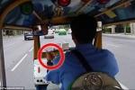 Du khách bị cướp túi xách sau khi tài xế ra 'ám hiệu lạ'