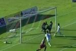 Video: Ghen ăn tức ở, cầu thủ trắng trợn cướp bàn thắng của đồng đội