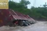 Liều lĩnh đi qua lũ xiết, xe tải bị 'nuốt chửng' trong tích tắc