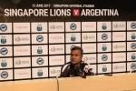 Quá chán Argentina, HLV Singapore trả lời phỏng vấn trong 78 giây