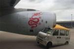 Ôtô lao đầu vào máy bay chở gần 300 người trên đường băng