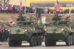 Video: Xe bọc thép Mỹ diễu hành sát biên giới Nga