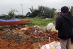 Mộ mới chôn bị đào bới tứ tung, thi thể mất một phần đầu gối