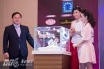 Ông Lê Xuân Sơn - Tổng biên tập báo Tiền Phong, đại diện Long Beach Pearl và hoa hậu Kỳ Duyên làm lễ công bố Vương miện dành cho Hoa hậu Việt Nam 2016 - Ảnh: Tùng Đinh