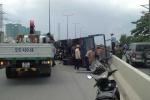 Xe tải lật nhào trên cầu Sài Gòn, giao thông kẹt cứng