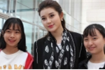 Á hậu Huyền My chụp ảnh 'tự sướng' cùng sinh viên Thủ đô