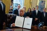 Liên tiếp ký sắc lệnh, ông Trump có thể trật bánh