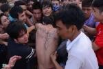 Nghẹt thở cảnh giẫm đạp tại lễ hội cướp phết ở Vĩnh Phúc