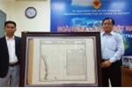 Việt Kiều Mỹ tặng bản đồ quý cho huyện Hoàng Sa