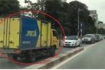 Chạy xe tải ngược chiều trên cầu vượt còn vung tay đòi nhường đường