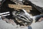 Video: Hố tử thần 'nuốt' ô tô đang chạy trên đường ở Trung Quốc