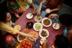 Gắp thức ăn cho người khác: Thói quen tai hại nhiều người gặp phải