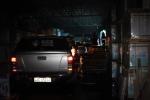 Nhà kho men gạch bốc cháy ngùn ngụt, 5 ô tô suýt bị thiêu rụi