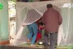 Bị ruồi bãi rác tấn công, dân Thanh Hóa khổ sở mắc màn ăn cơm