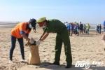 Chiến sỹ công an trẻ nhặt rác hưởng ứng chiến dịch làm sạch biển