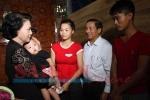 Chủ tịch Quốc hội tặng quà cho người dân vùng lũ Hà Tĩnh