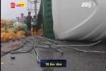 Clip: Xe container lật, dân Hà Tĩnh đội mưa gom 30 tấn dừa giúp tài xế