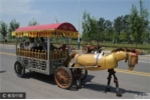 Người nông dân chế tạo ngựa sắt rô bốt bước đi như thật suốt 12 năm trời