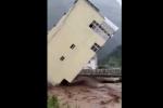 Video: Kinh hãi nhìn nhà cao tầng bị lũ kéo sập trong tích tắc