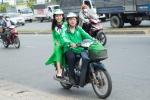 Á hậu Hoàng Oanh xinh tươi diện áo dài đi xe ôm đi dự sự kiện