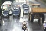 Video: Quân đội bắn hạ tài xế 'điên' lái máy xúc đâm người loạn xạ trên phố Trung Quốc