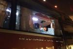 Cổ động viên Việt Nam ném đá vỡ kính xe bus chở đội Indonesia, VFF bị phạt nặng