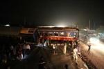 Tàu hỏa đâm đứt đôi ôtô, lái tàu thiệt mạng, nhiều toa chở đầy khách trượt khỏi đường ray