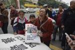 Trung Quốc: Mẹ bán con trên phố lấy tiền cứu chồng