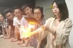 'Thánh ăn công sở' nướng cá trên tay phừng lửa gây sốc