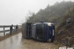 Video: Cảm động hàng chục tài xế cứu chiếc xe tải bị lật