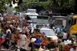 Cảnh giao thông chật vật khi vải thiều ùn ùn đổ về chợ ven quốc lộ