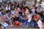 Nhiều phụ huynh cho rằng, về nhà cũng không yên tâm nên ngồi đợi luôn ngay tại địa điểm thi  - Ảnh: Tùng Đinh